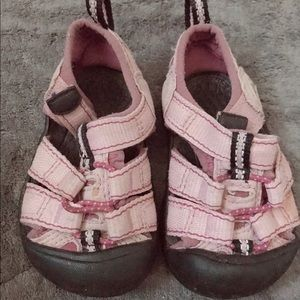 Toddler keen pink size 4. Water shoe summer sandal